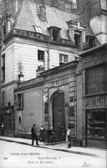 F. Ghelfi & Cie., 7 Rue Charlot, Paris. Text of the card/Text der Postkarte: Paris, D'autrefois , 98 - Rue Charlot 7, Hôtel de Brévannes
